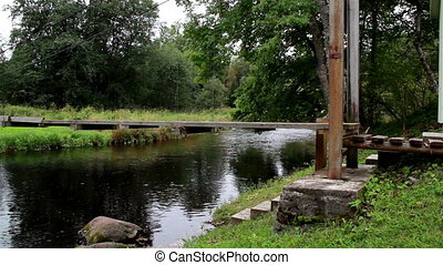 Side image of the hanging bridge where you can the framework...