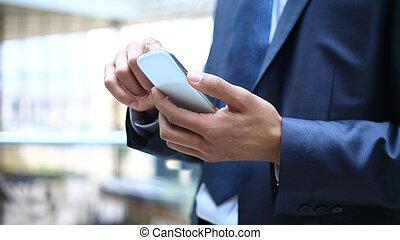 fim, cima, homem, usando, móvel, esperto, telefone
