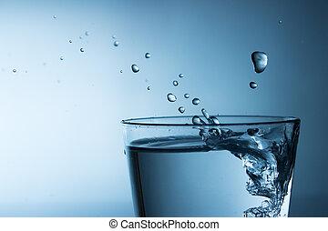 Wasser im Glas - Wasser sprudelt ins Glas, Tropfen