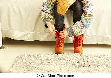 mujer, de, ella, toma, botas, hogar