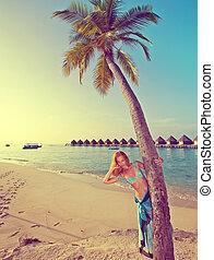 giovane, bello, donna, leva piedi, palma, albero, maldive,...