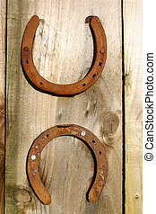 dois, Ferraduras, madeira, fundo
