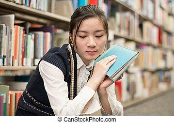 mulher, segurando, livro, estante