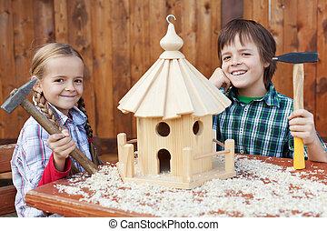 heureux, gosses, bâtiment, oiseau, maison