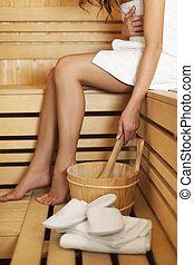 mulher, relaxante, usando, sauna, acessórios