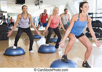 instructor, toma, ejercicio, clase, en, gimnasio