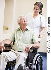 Enfermera, Empujar, hombre, en, sílla de ruedas