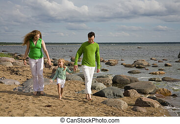 fammily on the beach - Green and whie family on the beach