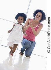 madre, hija, dentro, juego, sonriente