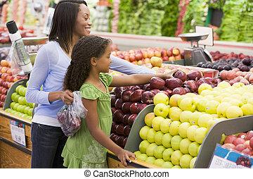 mujer, hija, compras, manzanas, tienda de comestibles,...