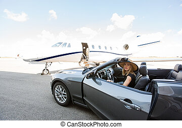 mulher, Disembarking, car, com, privado, jato, em, fundo