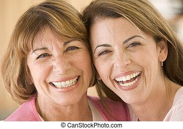 dois, mulheres, vivendo, sala, sorrindo