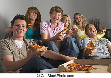 Adolescentes, teniendo, diversión, y, comida, pizza