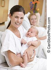 nuevo, madre, bebé, hospital, sonriente