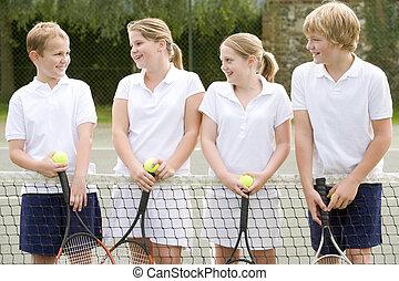 cuatro, joven, amigos, Raquetas, tenis, tribunal, sonriente