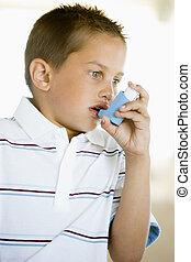 niño, Utilizar, un, inhalador
