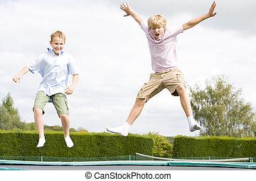 dos, joven, niños, Saltar, trampolín,...