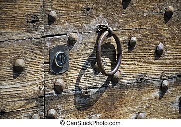 Serratura di un vecchio portone - Veduta della serratura di...