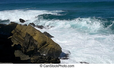wave chrushing onto rock slow motio - Big waves chrushing on...