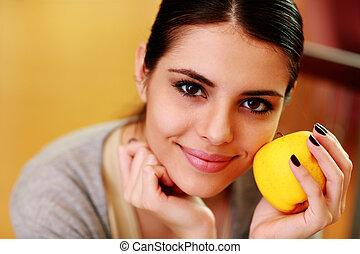mulher, maçã, jovem, amarela, segurando, lar, sorrindo,...
