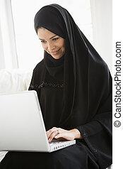 femme, Vivant, salle, ordinateur portable, Sourire, (high,...
