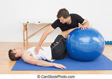 físico, Terapeuta, Ajudar, jovem, homem, Ioga, bola