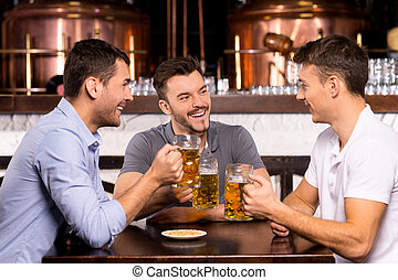 barzinhos, gastando, três, alegre, Cerveja, tempo, bebendo, amigos, barzinhos