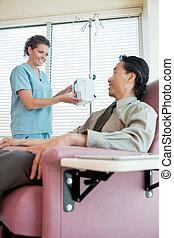 Enfermera, Mirar, en, paciente, mientras, Operar, IV,...
