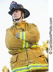 firewoman, posición, Aire libre, Llevando, casco