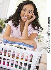 mulher, inclinar-se, ligado, lavando, em, cesta