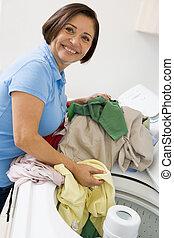 mulher, carregando, lavando, máquina