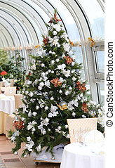 festive Christmas tree - beautiful festive Christmas tree in...