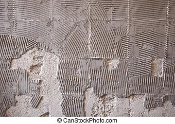 alter Fliesenkleber an der Wand