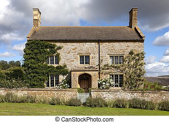 Cotswold farmhouse - Pretty Cotswold stone farmhouse,...