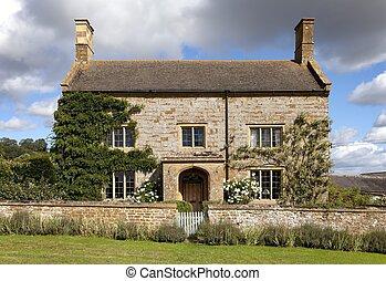 Cotswold farmhouse - Pretty Cotswold stone farmhouse,...