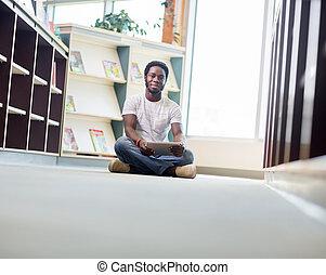 tabuleta, sentando, biblioteca, estudante,  digital, macho