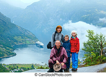 Family above Geiranger Fjord (Norge) - Family with children...