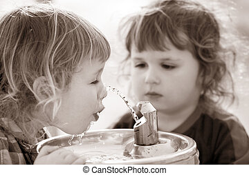 dos, niños, bebida, fuente
