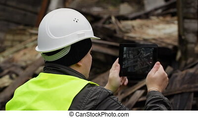 Inspector with tablet PC - Inspector with tablet near...