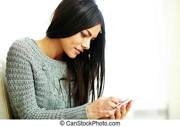 heureux, jeune, femme, Toucher, smartphone, maison,...