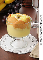 Banana pudding - A dessert cup with banana pudding and...