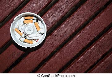 cenicero, cigarrillos, madera, tabla, blanco, fumados