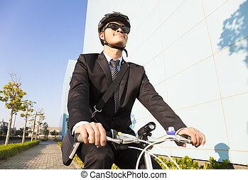 homem negócios, Montando, bicicleta, local trabalho,...
