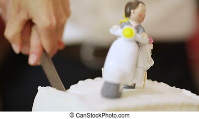 Slicing wedding cake - Wedding figurines in form of...