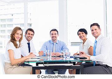 executivos, sentando, ao redor, conferência, tabela