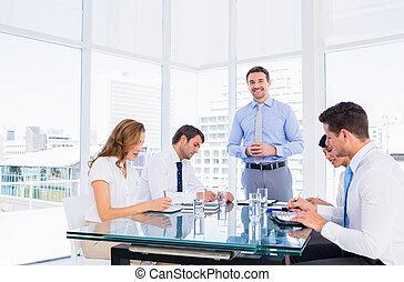 executivos, sentando, ao redor, conferência