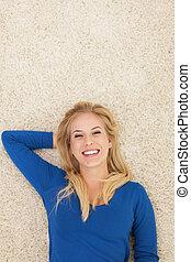 hermoso, sonriente, mujer, acostado, Abajo, alfombra