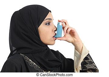 Saudita, árabe, mulher, respirar, asma, inalador