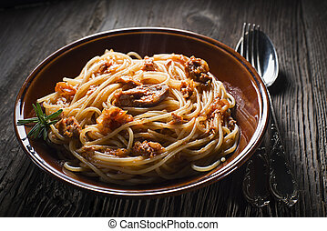 Spaghetti with tuna - Fresh spaghetti wit tuna sauce close...