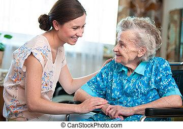 Sênior, mulher, lar, caregiver